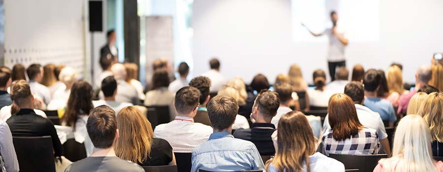 Teilnehmer interessiert in einem Vortrag