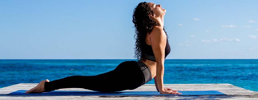 Frau beim ZENbo Balance Training am Meer