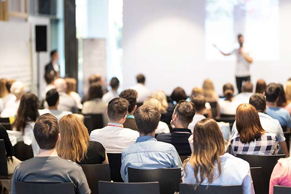 Menschen bei einem spannendem Vortrag