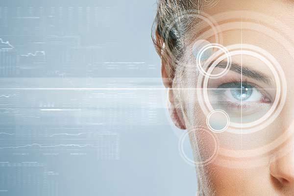 fokusiertes Auge im Zentrum