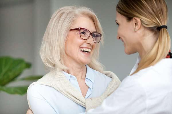 Frauen reden liebevoll miteinander