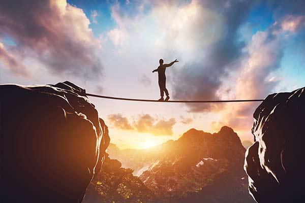 mit Stärke auf einem Seil in der Höhe balancieren