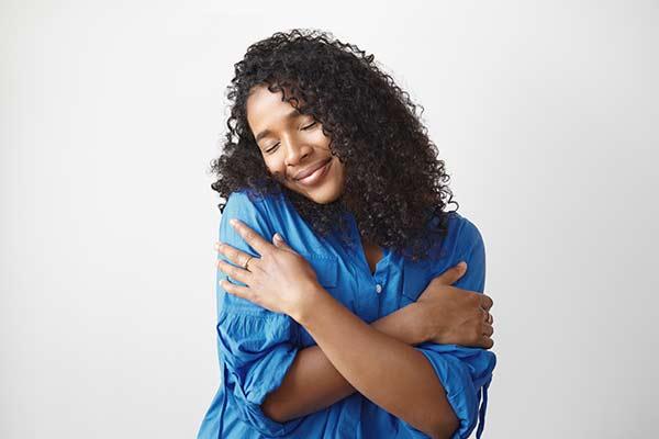 sich mit Vertrauen selbst umarmen