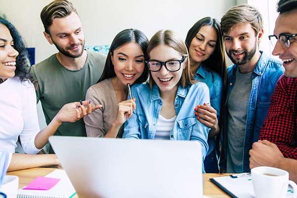 Eine Gruppe schaut zusammen in den PC