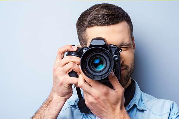 Mann fokusiert mit seiner Kamera