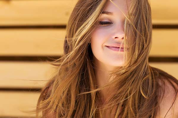 zufriedene Frau entspannt bewusst im Alltag