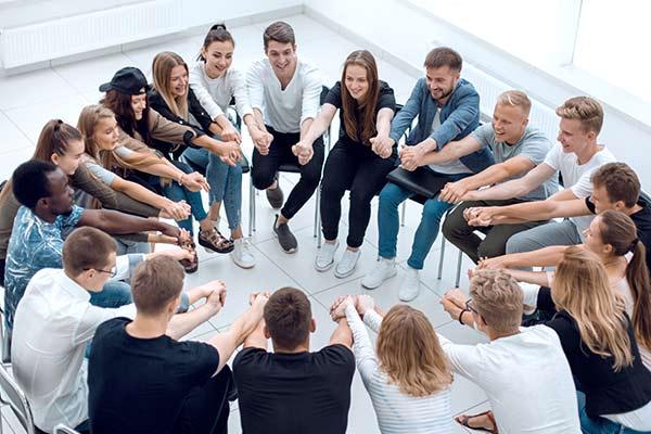 beheisterte Gruppe von Teilnehmern