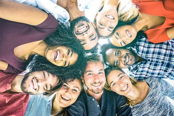 glückliche Freunde beim gemeinsamen Spass