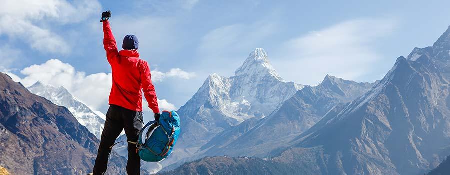 stolzer Mann auf dem Gipfel
