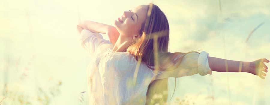 Frau genießt das Leben