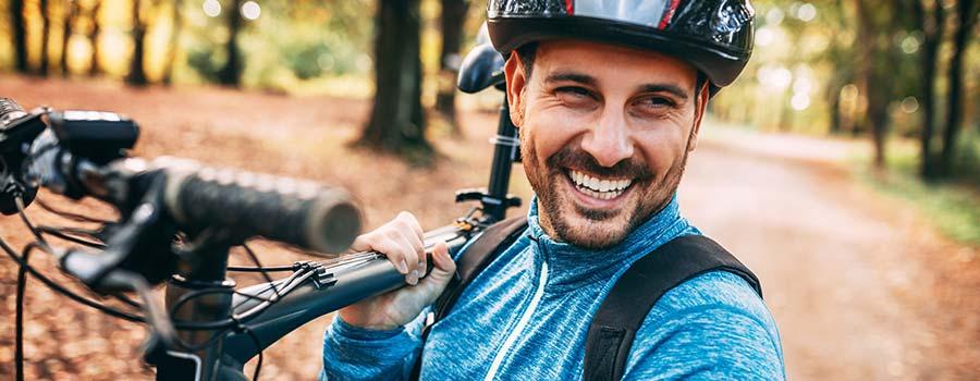 glücklicher Mann mit seinem Mountainbike